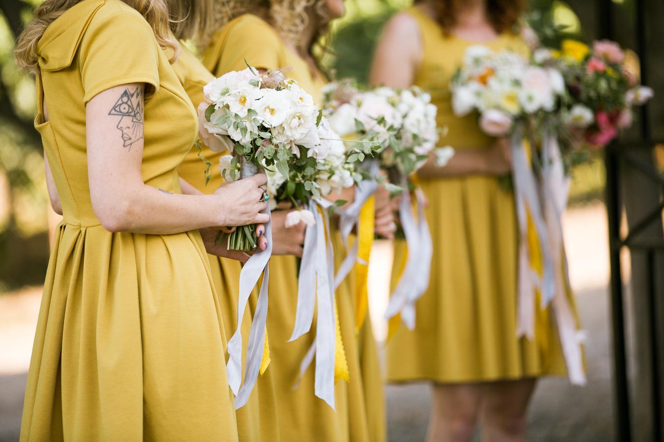 f5b792e78f9 Les demoiselles d honneur en jaune