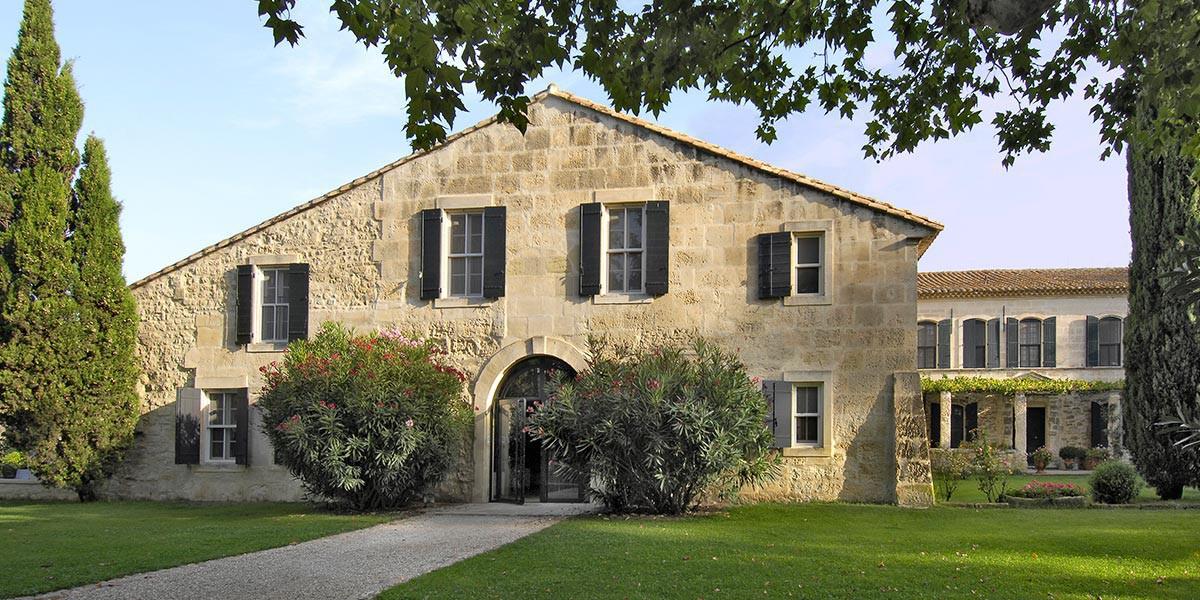 Exterieur-Le-Mas-de-Peint-hotel-5-etoiles-Arles_1200.600.crop-S.photo.a5e8e